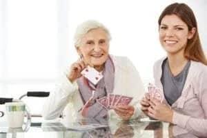 Kartenspiel mit Seniorin und Haushaltshilfe aus Polen